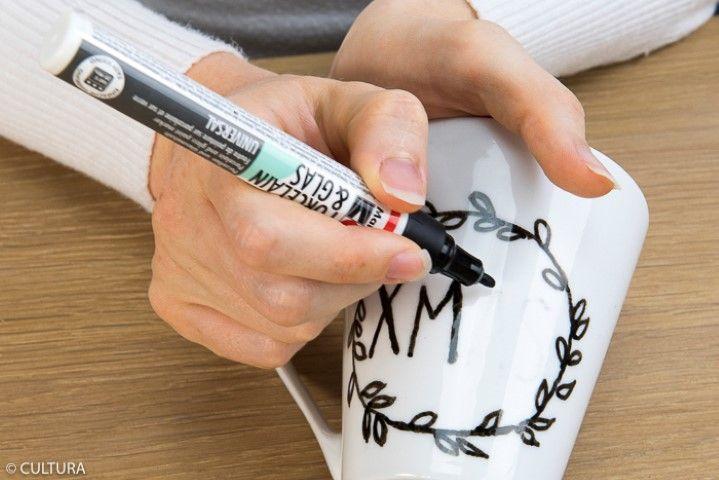 3. Dessiner avec le porcelain & glas paint marker noir en suivant les traits. Laisser sécher.