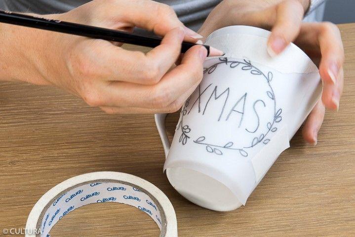 2. Pour réaliser du transfert du motif sur la tasse, appliquer le papier calque et repasser sur les motifs avec le crayon.