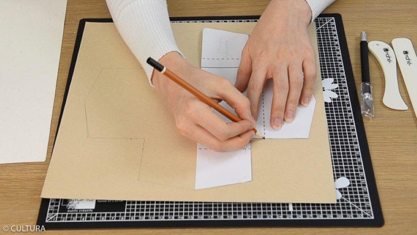 Création de boîtes cadeaux : Idée n°1 : Petite boîte en papier (13 x 13 x 1,5 cm) Télécharger, imprimer et reporter au dos d'un papier kraft le gabarit. Marquer les plis à l'aide du plioir et de la règle. Découper les contours de la boîte avec le cutter de précision et plier la boîte.
