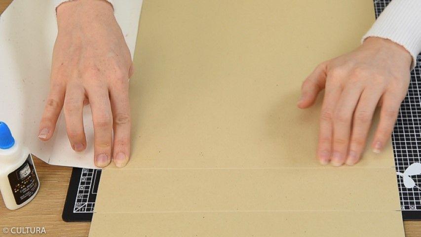 Assembler les quatre parties autour de la base carrée : coller les plis d' 1 cm avec la colle blanche comme indiqué sur le schéma de montage.