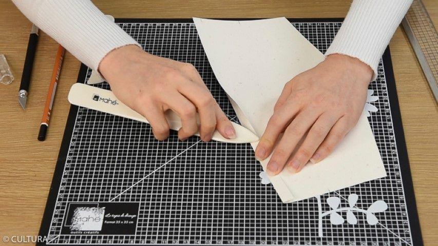 Idée n° 2 : La grande boite en papier (27 x 27 x 5 cm) Télécharger le schéma de montage et reporter les mesures au dos des papiers kraft Mahé. Marquer les plis à l'aide du plioir et de la règle. Découper avec le cutter les cinq parties de la boîte. Idée + : créer des boîtes bicolores en mixant les papiers.