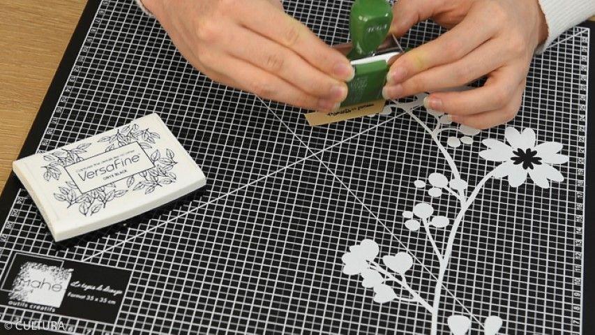 des morceaux de masking tape sur une ficelle bicolore. Couper les extrémités pour créer les fanions. Personnaliser les enveloppes d'une guirlande et des stickers de la collection. Coller les plis de l'enveloppe sur le sachet kraft. 2. Créer des étiquettes découpées dans les papiers, enduire d'encre noire Versafine le message choisi du tampon et l'appliquer sur l'étiquette. Coller les étiquettes sur les enveloppes.