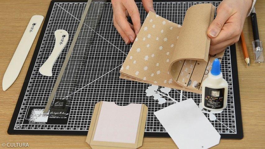 Décoration des emballages des sachets kraft : Télécharger, imprimer et reporter le gabarit de l'enveloppe et du tag au dos des papiers choisis. Découper à l'aide du cutter. Marquer les plis.
