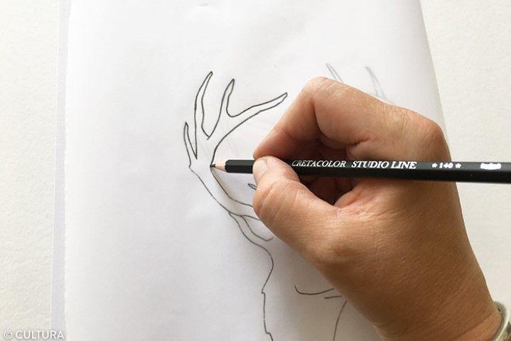 Décalquer le motif du cerf 1. Télécharger et imprimer le gabarit disponible sur cultura.com. Pour faciliter le dessin, décalquer le modèle du cerf avec un crayon HB. Une fois réalisé, retourner le papier calque et repasser sur les traits avec un crayon plus gras, 2B.
