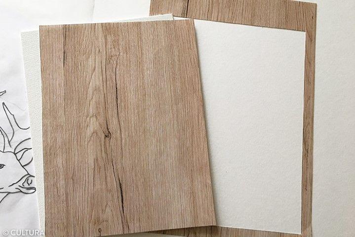 2. Découper la feuille de papier effet bois au format du carton toilé. Prévoir environ un débord de 3 mm de chaque côté pour bien recouvrir le support.