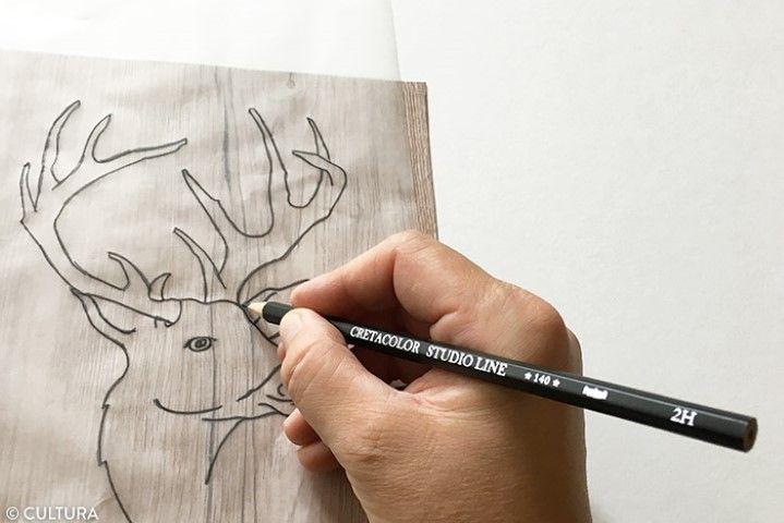 3. Repasser sur les traits de crayon pour décalquer sur la feuille effet bois.