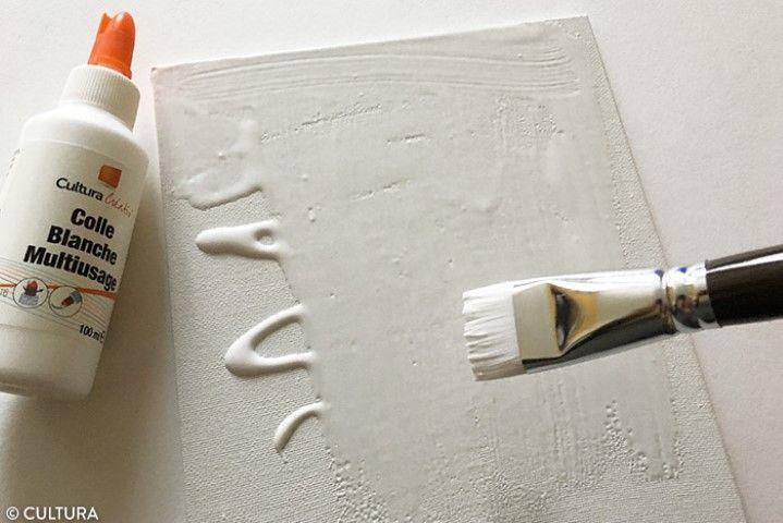 Préparation du support 1. Encoller la surface du carton toilé à l'aide du pinceau et de la colle blanche. Appliquer délicatement la feuille en commençant par le bas jusqu'en haut, en lissant à l'aide de vos mains. Astuce : Protéger le dessin avec une feuille de papier calque lors de l'encollage.
