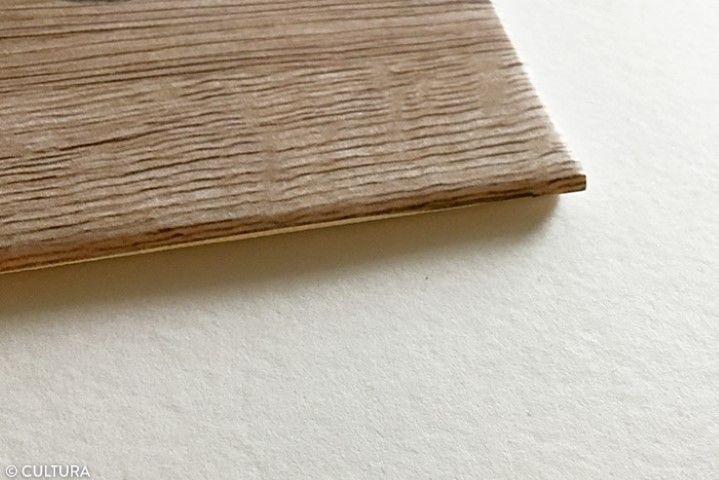 2. Encoller également les bords, et bien appliquer le papier en frottant délicatement avec le doigt.