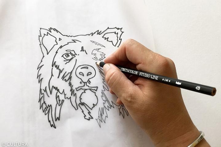 2. Une fois réalisé, retourner le papier calque et repasser sur les traits avec un crayon plus gras, 2B.