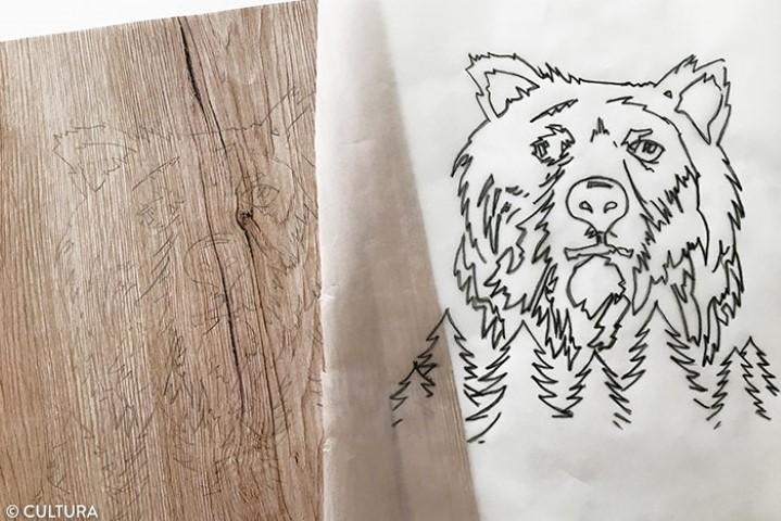 3. Découper la feuille de papier effet bois au format du carton toilé. Prévoir environ un débord de 3 mm de chaque côté pour bien recouvrir le support. Repasser sur les traits de crayon pour décalquer sur la feuille effet bois.