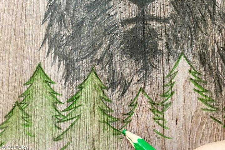 Mise en couleur 1. Repasser les contours des sapins avec un crayon de couleur vert clair puis colorier les motifs en dégradé des bords vers l'intérieur tout en exerçant de moins en moins de pression avec le crayon. Astuce : Estomper le crayon de couleur avec le doigt.