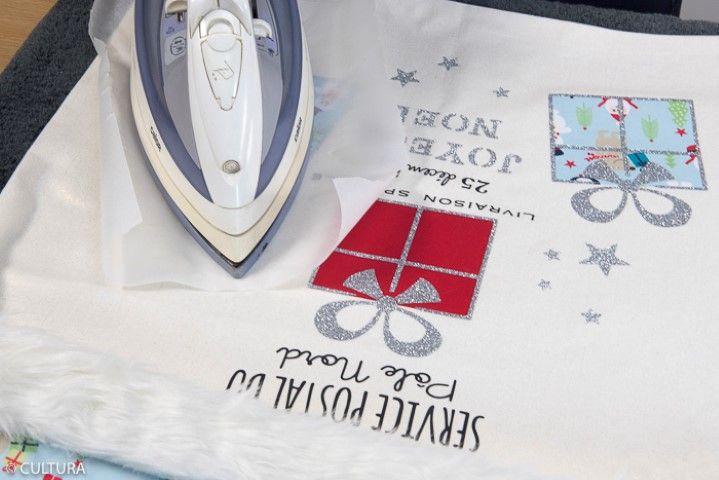 8. Pour décorer le sac, thermocoller les motifs « cadeaux », les étoiles et le mot « Joyeux Noël », en respectant les instructions d'utilisation du produit. Plier le rabat et garnir le sac de cadeaux.