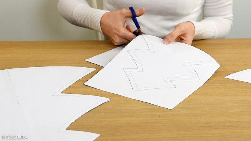 1. Télécharger et imprimer les trois patrons des coussins « sapin ». Les assembler avec l'adhésif.