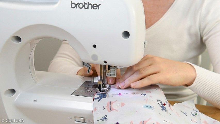 4. Coudre les sapins à 1 cm du bord en laissant une ouverture d'environ 10 cm sur le bas. Retirer les épingles.