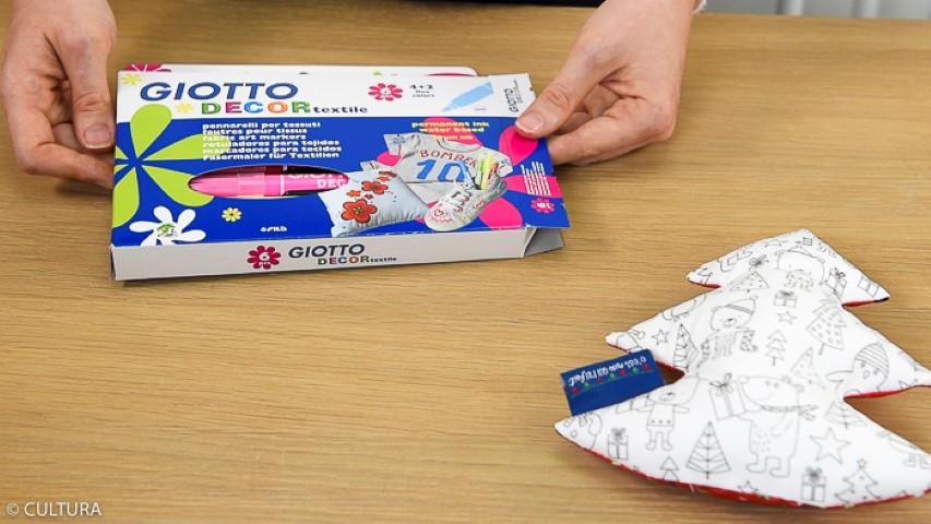8. Idée + : Personnaliser avec des feutres textiles le sapin réalisé avec le tissu à colorier.