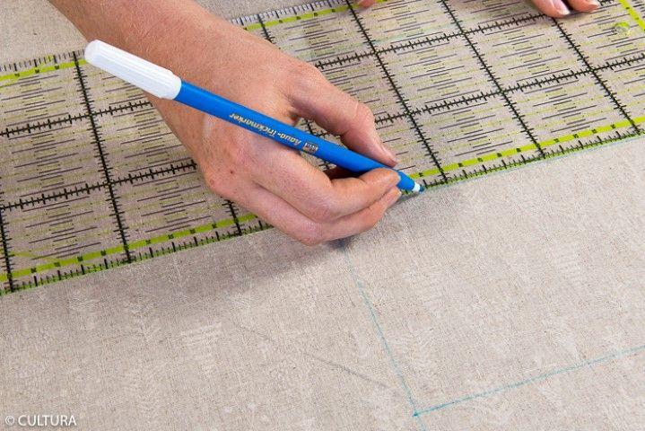1. Télécharger et imprimer le schéma de montage. Tracer les pièces aux dos du tissu doré et du tissu lin de la collection à l'aide d'un feutre effaçable. Couper.