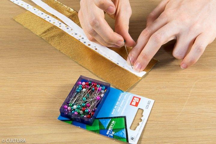 2. Couper une longueur de ruban de 80 cm et le plier en deux endroit contre endroit. Epingler le milieu du ruban sur l'endroit de la pièce (2) comme indiqué sur le schéma. Coudre à 0.5 cm du bord. Retirer l'épingle.