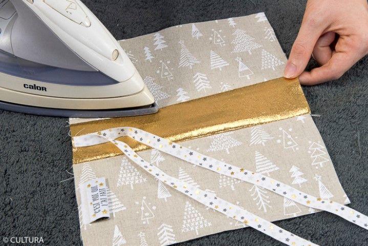 Assemblage de la face avant : Epingler la pièce (3a) avec la pièce (2) endroit contre endroit, dans le sens de la longueur et coudre à 1 cm du bord. Retirer les épingles. Epingler la pièce (2) avec la pièce (3b) endroit contre endroit, dans le sens de la longueur, et coudre à 1 cm du bord. Retirer les épingles et repasser à faible température les coutures à plat en évitant le ruban. Conseil : Veiller à positionner dans le même sens l'imprimé des pièces (3a) et (3b).