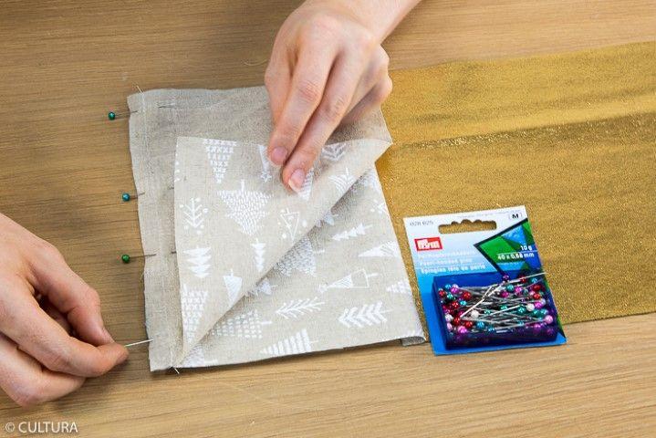 Assemblage de la face arrière : 1. Epingler la pièce (1) avec la pièce (4a) endroit contre endroit, dans le sens de la longueur et coudre à 1 cm du bord. Retirer les épingles. Epingler la pièce (4a) avec la pièce (4b) endroit contre endroit, dans le sens de la longueur et coudre à 1 cm du bord. Retirer les épingles. Conseil : Veiller à positionner dans le même sens l'imprimé des pièces (4a) et (4b).