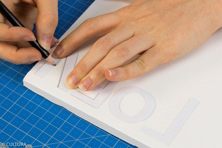 1. Télécharger, imprimer et reporter le gabarit du mot NOEL sur un carton mousse.