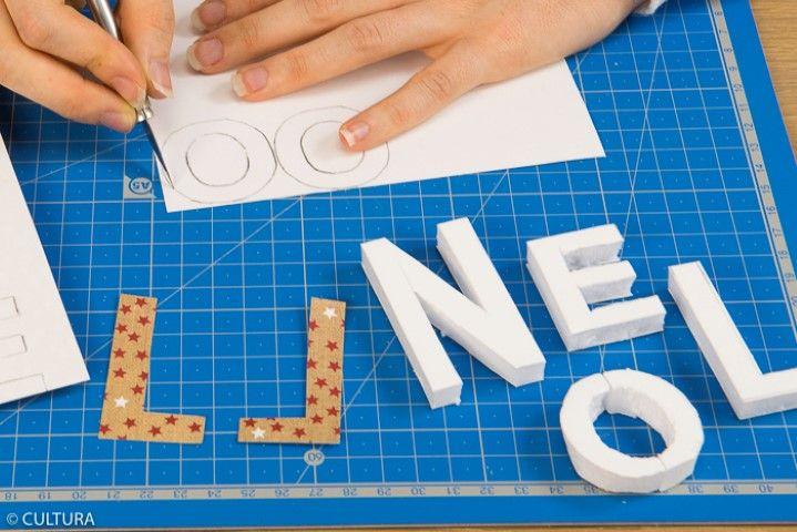 2. Reporter le gabarit du mot NOEL sur quatre papiers pour décorer les lettres (recto/verso). Découper les papiers et le carton mousse à l'aide du cutter de précision.