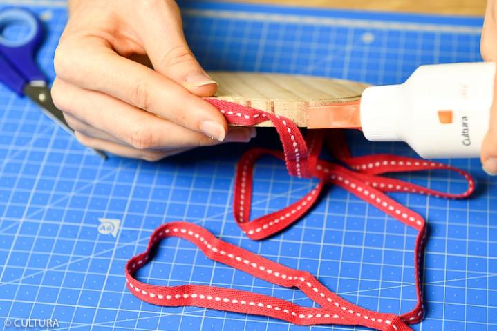 4. Décorer le bord du socle et les tranches de chaque lettre à l'aide d'un ruban.
