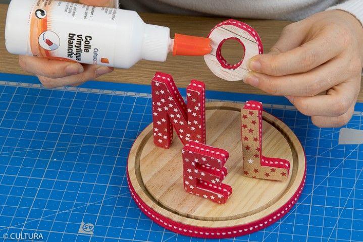 5. Placer les lettres sur le socle de la cloche pour composer le mot NOEL. Les coller entre elles.