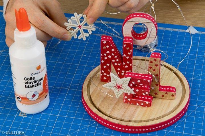 6. Coller des accessoires décoratifs sur la guirlande micro led et la positionner autour des lettres.