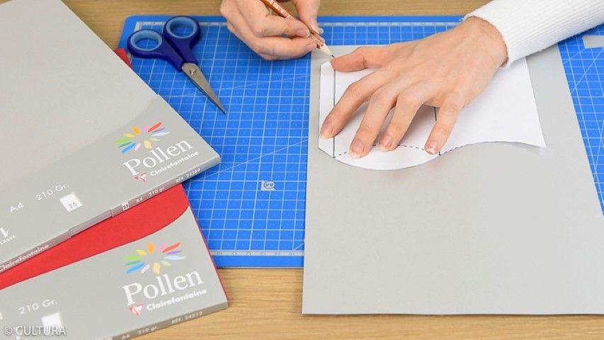 Création du range serviette : 1. Télécharger, imprimer et reporter le gabarit du range-serviette sur un papier argenté. Découper et marquer les plis.