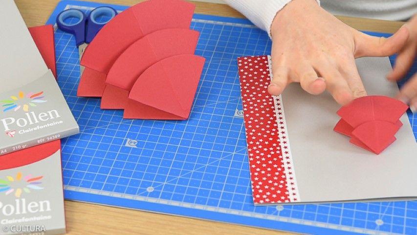2. Plier les ronds en suivant le schéma de pliage des ronds à télécharger. Les assembler pour former le sapin et le coller sur la carte argentée. Placer la base du sapin au même niveau que la base de la carte afin d'être présenté en position verticale sur la table. Coller ou écrire le menu à l'intérieur.