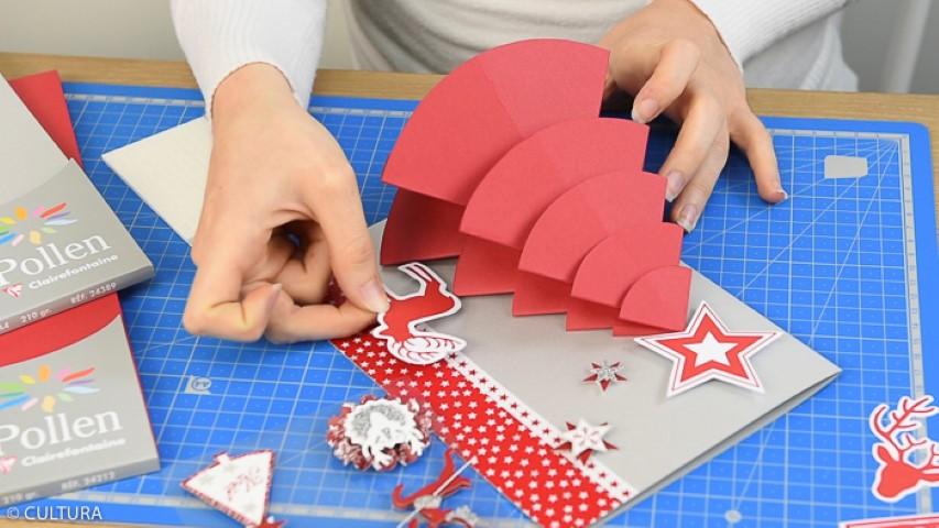 pour former le sapin et le coller sur la carte argentée. Placer la base du sapin au même niveau que la base de la carte afin d'être présenté en position verticale sur la table. Coller ou écrire le menu à l'intérieur. 3. Décorer la carte et le sapin de formes de découpes et stickers 3D. Astuce : apporter du relief à l'aide des carrés de mousse 3D.