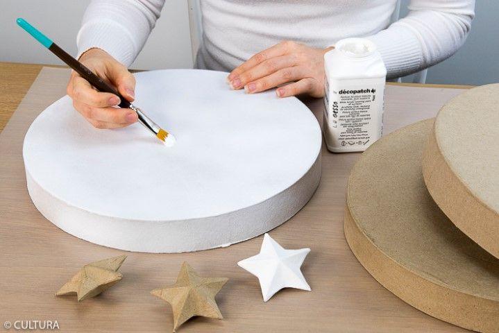 1. Appliquer une sous-couche de gesso sur l'ensemble des couvercles, le fond des boîtes et trois étoiles en papier mâché.