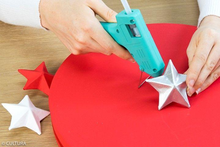 3. Pour former les boutons des couvercles, coller à l'aide du pistolet à colle les étoiles sur les couvercles.