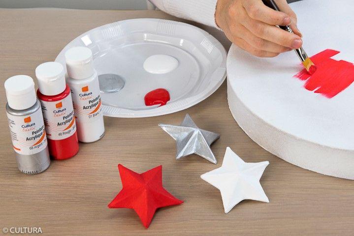 2. Peindre les couvercles et les étoiles en blanc, en rouge et en argenté. Laisser sécher.