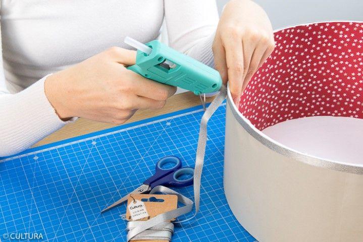 5. Pour une jolie finition, coller un ruban argenté sur le haut de la boite.