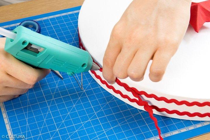 Idée n° 2 : Décorer un couvercle de rubans rouges collés sur le contour du couvercle.