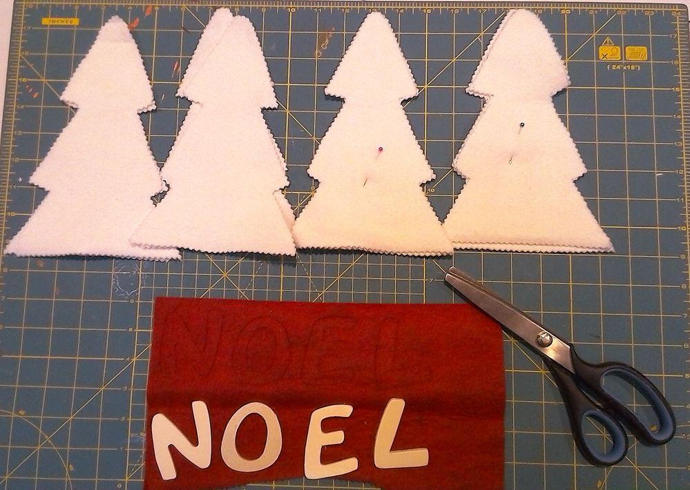 découper la feutrine blanche ainsi que la rouge (j'ai utilisé des lettres en bois existantes pour le gabarit )