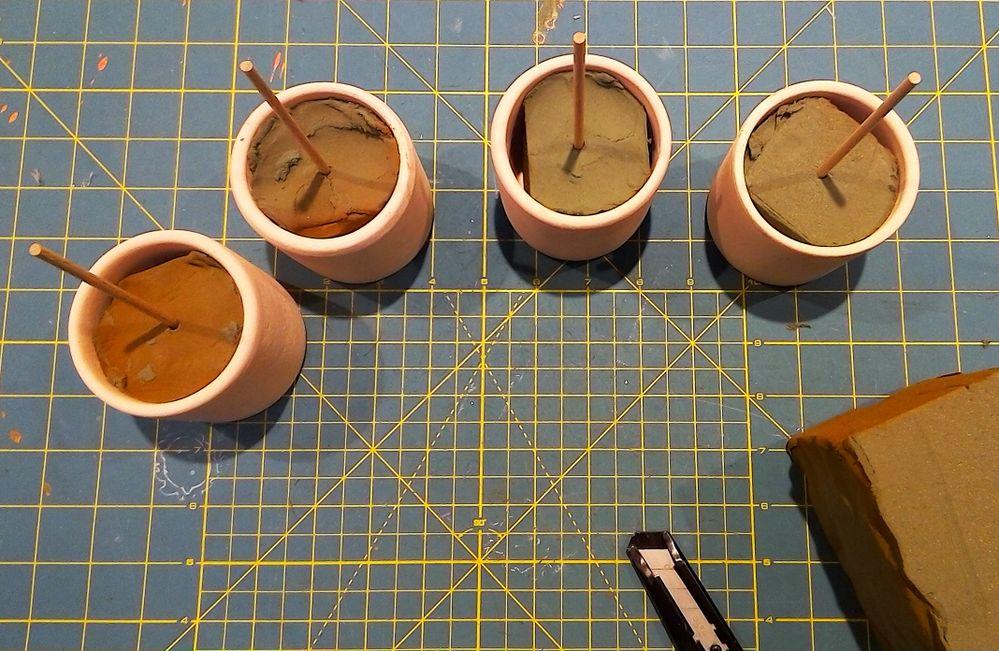 découper la mousse et la mettre dans chaque pots. piquer les bâtons.