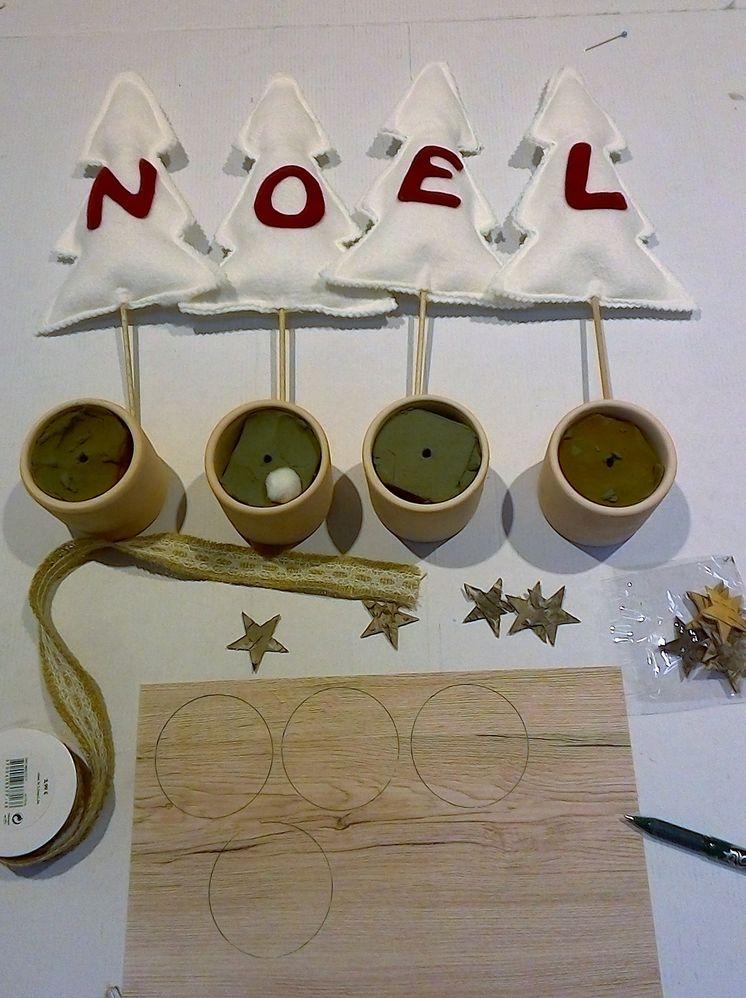 Rembourrer le sapin et faire une couture de finition. encoller le bâton et piquer le dans la bourre. pour finir, couper du papier pour couvrir la mousse dans le pot.