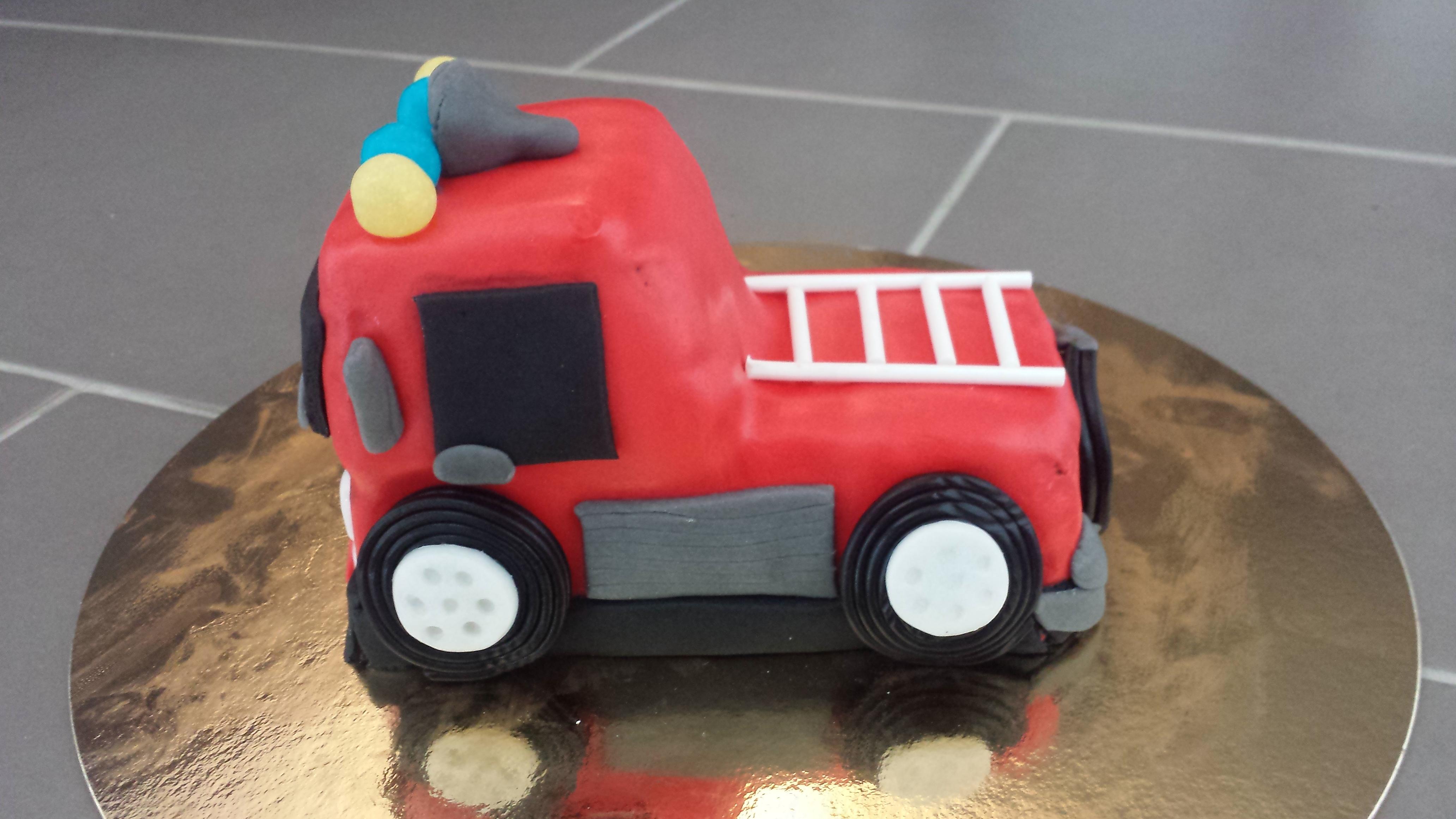 g teau d 39 anniversaire camion de pompier cuisine cr ative. Black Bedroom Furniture Sets. Home Design Ideas
