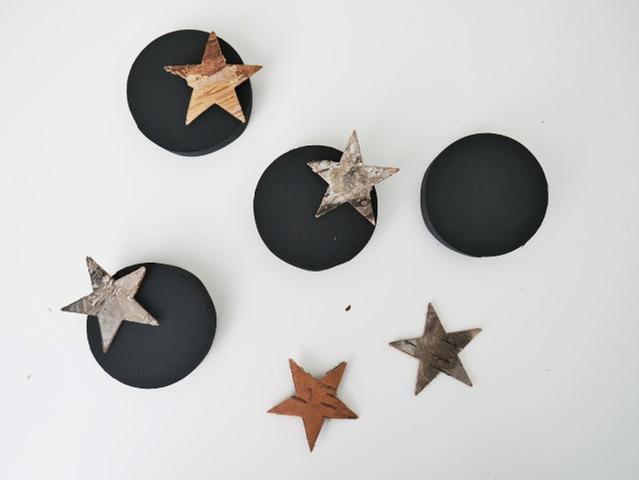 N°4 | Sur quatre couvercles coller sur le bord, quatre étoiles écorces.