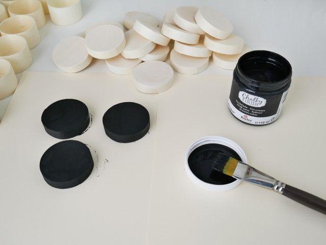 N°1 | Retirer les 24 couvercles des petites boites rondes et les peindre, à l'aide d'un pinceau, avec la peinture Chalky, coloris bois d'ébène. Laisser sécher.