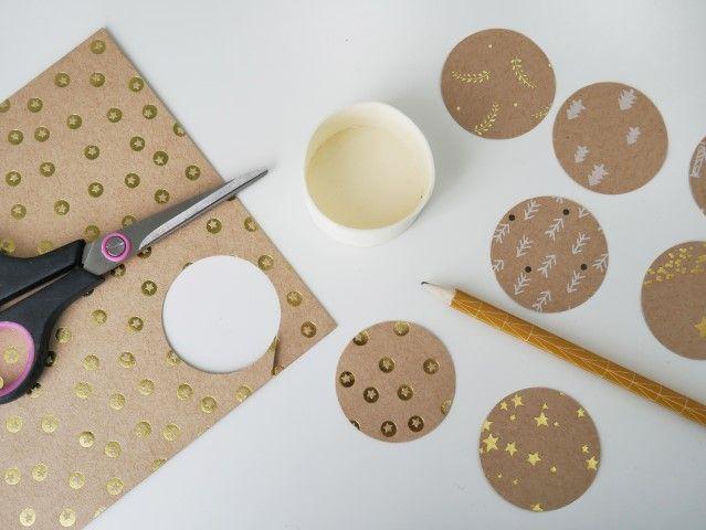N°2 | Dans le set de papier de la collection couper une dizaine de rond. S'aider d'une boite pour tracer les ronds sur le papier. Coller les dix ronds sur autant de couvercle.