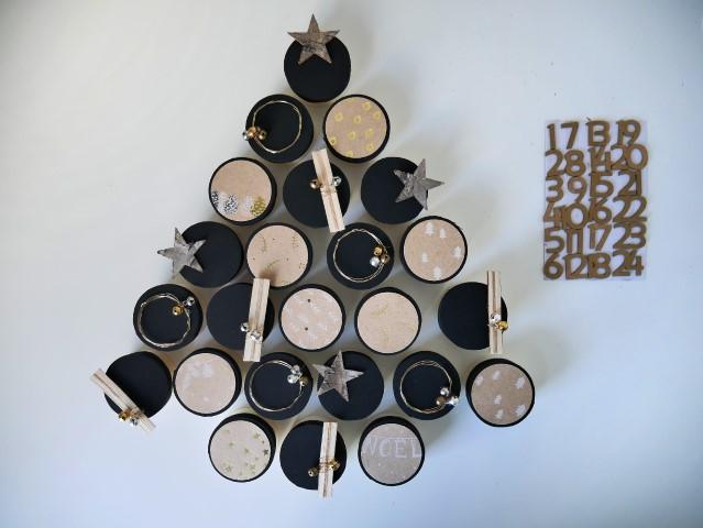 N°6 | Garnir les boites de surprise. Remettre les couvercles sur les boites. Disposer harmonieusement les 24 boites en forme de sapin et y coller les 24 chiffres de l'avent.