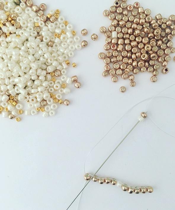 Pour commencer le deuxième rang, réaliser une augmentation en début de celui-ci. Enfiler deux perles, placer l'aiguille sous le fil entre les deux perles du rang précédent.