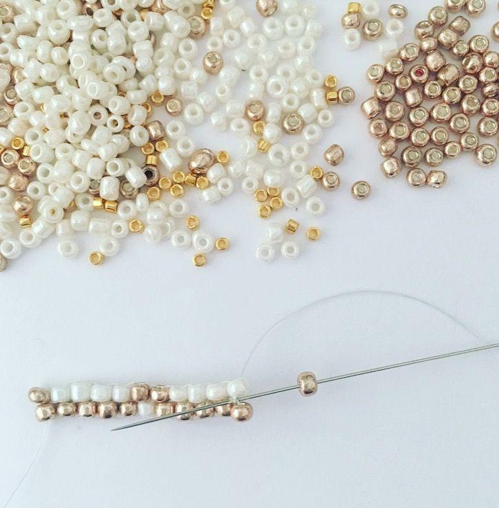 La dernière perle du rang est une augmentation de fin de rang. Enfiler une perle, positionner l'aiguille sous la dernière tissée entre les deux rangs. Ensuite, repasser l'aiguille dans la perle positionnée, toujours de bas en haut. Procéder ainsi pour toutes les lignes en suivant le diagramme.