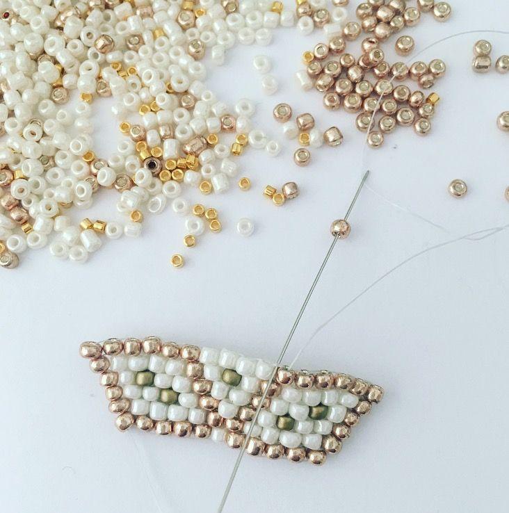 Pour réaliser la pointe de l'étoile, passer le fil à l'intérieur des perles tissées pour arriver au départ de la pointe de l'étoile, comme présenté sur le diagramme.