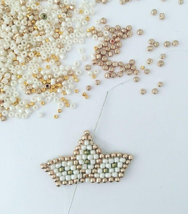 Pour finir la demi étoile, passer le fil à l'intérieur du tissage et couper au ras. Répéter le tissage de la même façon de l'autre côté pour finir l' étoile. Cette dernière pourra décorer le sapin, la table de fête, les emballages cadeaux ou encore être collée à une broche en guise de bijoux.
