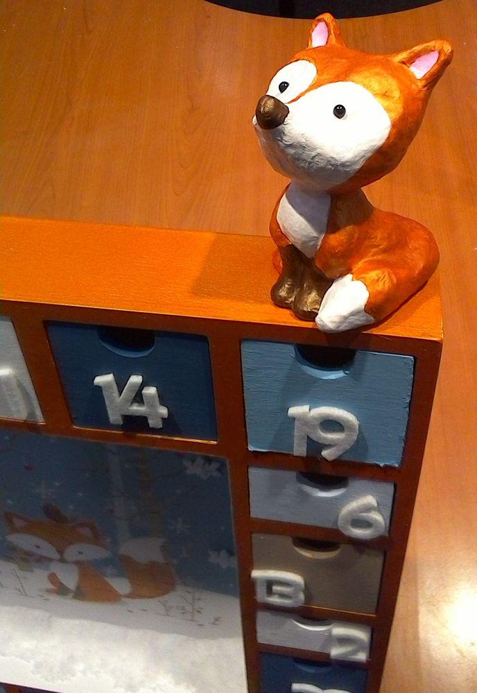 Etape 3: peindre le petit renard Décopatch en blanc et en cuivre nacré/orange de cadium ! Coller 2 petits diam's noirs pour les yeux .Coller le renard avec un pistolet à colle.