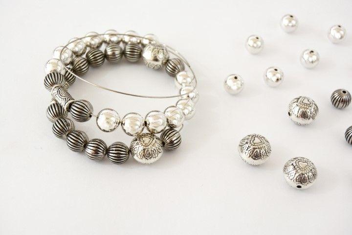 Enfiler sur le bracelet spirale différentes perles rondes en variant les tailles et motifs.